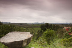 Rester sur des roches par la montagne. image libre de droits