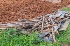 Resterande stycken av trä från konstruktionen arkivbilder