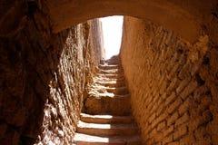 Restes d'un escalier dans les murs de ville de Rayen, Iran photos libres de droits