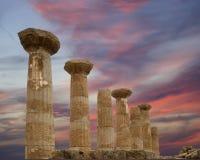 Restes d'un temple du grec ancien de Heracles (siècle de V-VI AVANT JÉSUS CHRIST), vallée des temples, Agrigente, Sicile photos libres de droits