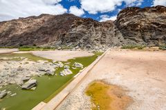 Restes de l'eau et d'un vieux barrage pendant la saison sèche près d'AI-AIS Hot Springs au canyon de rivière de poissons, Namibie Photo stock