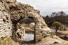 Restes de l'entrée à la tour médiévale Photographie stock