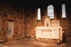 Restes de l'intérieur de l'église détruite par l'incendie photographie stock libre de droits