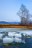 Restes de la glace sur le lac au printemps image stock