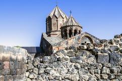 Restes de mur cyclopéen par le temple païen entouré par le monastère apostolique Ohanavank Images libres de droits
