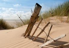 Restes de vieille barrière sur un central de plage Image libre de droits