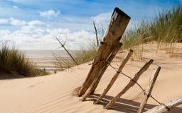 Restes de vieille barrière sur une plage Photographie stock libre de droits