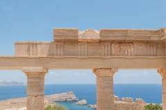 Restes des colonnes dans l'ordre dorique grec Ciel bleu et mer bleue La Grèce photos libres de droits