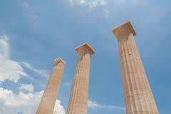 Restes des colonnes dans l'ordre dorique grec Pointage vers le ciel bleu La Grèce image stock