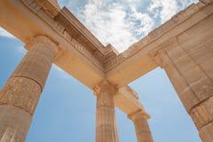 Restes des colonnes dans l'ordre dorique grec Pointage vers le ciel bleu La Grèce images libres de droits