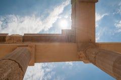 Restes des colonnes dans l'ordre dorique grec Pointage vers le ciel bleu La Grèce images stock