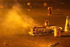 Restes des pétards brûlés de pyrotechnie sur la route photographie stock