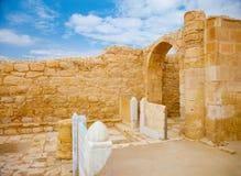 Restes des portes d'autel dans l'église antique Images libres de droits