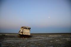Restes rouillés d'un bateau de pêche Photos stock