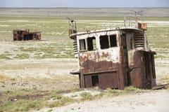 Restes rouillés des bateaux de pêche, Aralsk, Kazakhstan Photo libre de droits