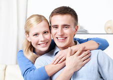 Restes souriants de couples sur le sofa Image stock