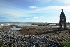 Restez de l'église tombée sur la plage Photo stock