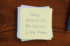 Restez positif soit heureux vivent manuscrit gratuit sur la note Photographie stock libre de droits