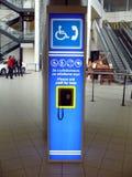 Restez pour demander l'aide dans l'aéroport de Sofia Photo stock