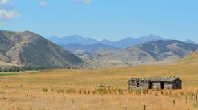 Resti abbandonato di vecchia costruzione occidentale della fattoria fotografie stock