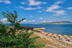 Resti alla località di soggiorno sulla spiaggia vicino al mare Immagine Stock Libera da Diritti
