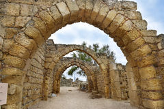 Resti dei archs in città antica di Cesarea, Israele fotografia stock libera da diritti