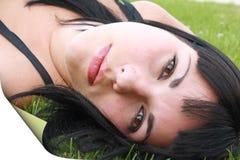 Resti del Brunette sull'erba fotografia stock