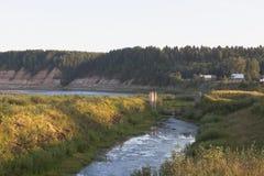 Resti del complesso idroelettrico di Opokskogo nei raggi del tramonto Soglia del villaggio nel distretto di Velikoustyugsky, Volo Fotografia Stock