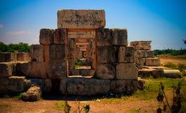 Resti dell'ippodromo della tribuna nel sito antico dello scavo delle colonne in Tiro al Libano immagini stock