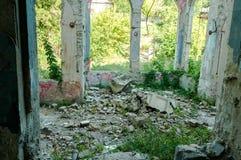 Resti della casa abbandonata della villa demolita nella guerra e lasciata al crollo Fotografie Stock