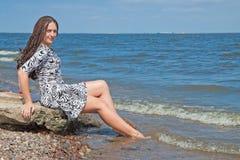 Resti della donna sulla spiaggia Immagini Stock