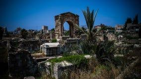 Resti della necropoli nel sito antico dello scavo delle colonne in Tiro al Libano fotografia stock