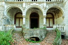 Resti della villa demolita ed abbandonata nella zona di guerra Immagini Stock Libere da Diritti