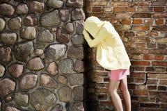 Resti depressi della donna sulla parete di pietra Fotografia Stock