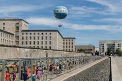 Resti di Berlin Wall e del pallone del guardolo Fotografia Stock