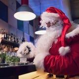 Resti di Santa Claus nella barra con cappuccino caldo Immagini Stock Libere da Diritti