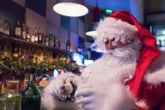 Resti di Santa Claus nella barra con cappuccino caldo Fotografie Stock Libere da Diritti