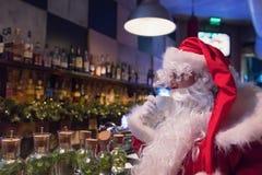 Resti di Santa Claus nella barra con cappuccino caldo Fotografia Stock