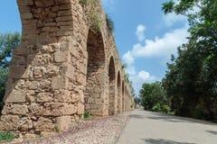 Resti di un aquedotto romano antico fra San Giovanni d'Acri e Nahariya Fotografie Stock