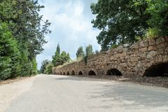 Resti di un aquedotto romano antico fra San Giovanni d'Acri e Nahariya Immagine Stock