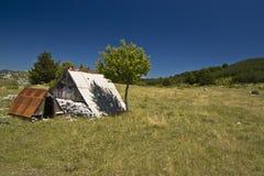 Resti di un cottage del pastore in montagna Fotografie Stock