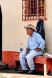 Resti guatemaltechi del cowboy su un banco di chiesa Immagine Stock
