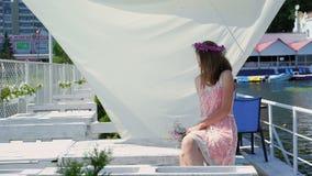 Resti teenager femminili felici sulla barra di baia lentamente stock footage