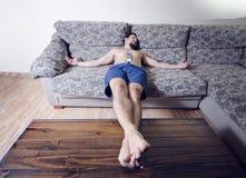 Restin en sofá Fotos de archivo