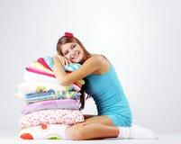 Restion van het meisje op hoofdkussens stock foto's
