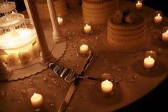 Restlichtfoto der Hochzeitstorte mit Kerzen Stockfotos