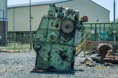 Restmetall för industriellt maskineri i en tom gård arkivbild