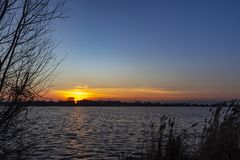 Restna av den pärl- himlen är synliga och färger himlen ovanför sjöZoetermeerse plas i Zoetermeer, Nederländerna beautifully arkivbild