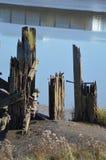 Restna av en gammal pir eller skeppsdocka på bankerna av flodusken, newport som är gwent, Wales, UK Arkivbild