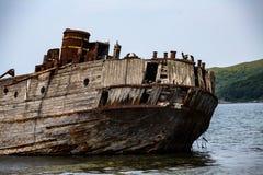 Restna av ett sjunket skepp i det japanska havet royaltyfri foto